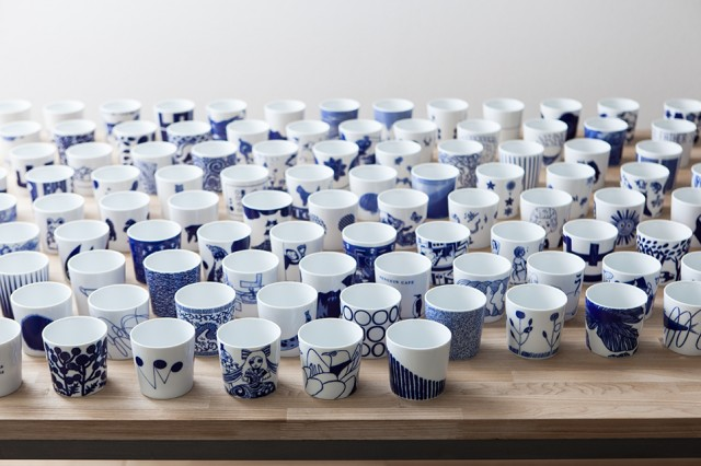 転写職人が熟練の技で応えた169種類の藍色カップ